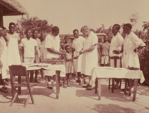 Stanley Browne treating patients at an outdoor clinic, probably in Nigeria. Wellcome Images ref. L0044613.