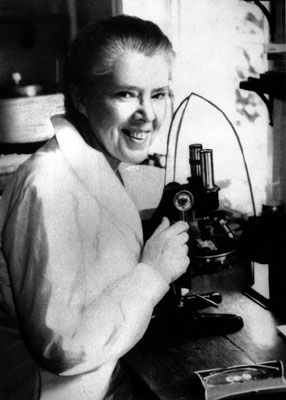 Dame Honor Fell at her microscope. Wellcome Images No. L0024503