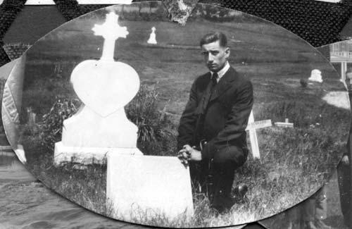 Charles Chalifoux à la tombe de sa mère