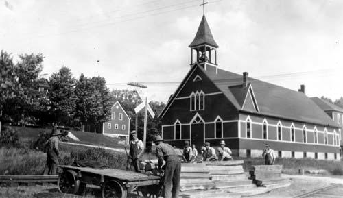 Église et équipe de réparation du chemin de fer