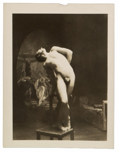 Unidentified artists' model posing, 193-? / unidentified photographer. Allyn Cox papers, 1856-1982. Archives of American Art, Smithsonian Institution.