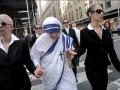 Linda-Montano-as-Mother-Teresa-and-bodyguards3