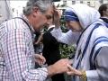 Linda-Montano-as-Mother-Teresa-blessing6