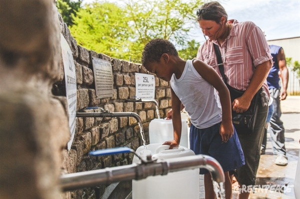 Locals queue for water at Brewery Spring in Rondebosch, Cape Town