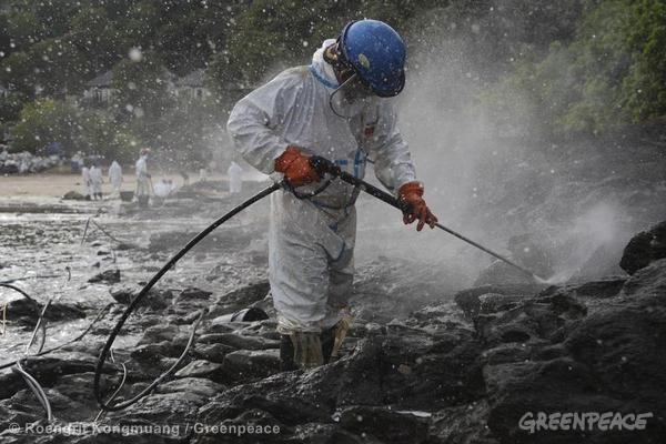 Oil Spill Clean Up in Thailand. 08/02/2013 © Roengrit Kongmuang / Greenpeace
