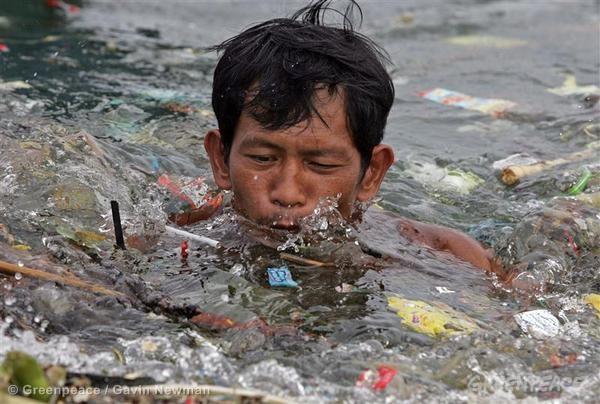 Manila Bay Clean Up. 08/16/2006 © Greenpeace / Gavin Newman