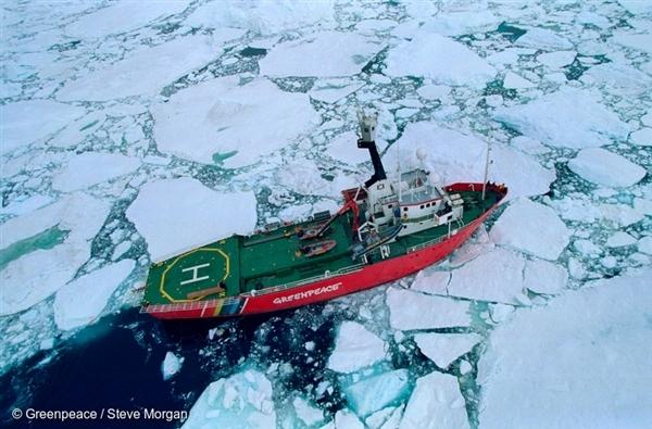 Loď Arctic Sunrise během obeplouvání ostrova Jamese Rosse v únoru roku 1997 - poprvé, co to nějaká loď dokázala.