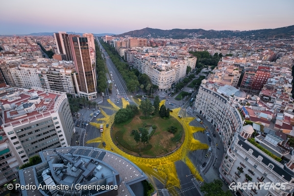 On occasion of summer solstice twenty Greenpeace activists have painted a gigantic 50-meter-wide sun in Barcelona's Francesc Maciá square, in the heart of the city, to support renewable energies and demand access to clean energy for all citizens. The activists have used more than 2000 liters of ecological paint to trace the yellow sun surrounding the square.