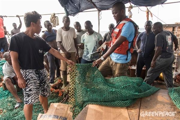 inspection des filets de pêche à bord du CONA