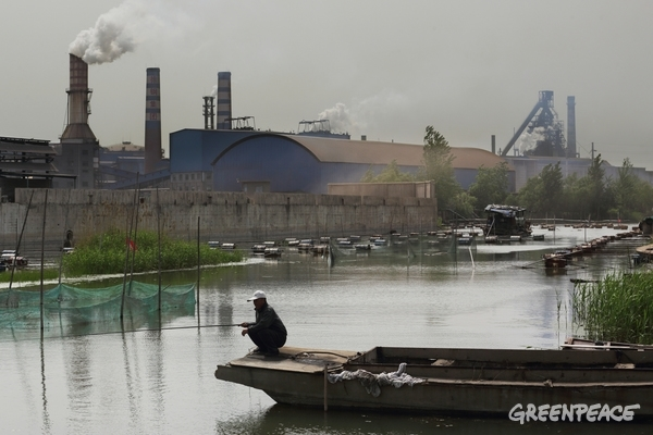Xuzhou Steel Group's South Eastern steel plant is located near Weishan Lake.  © Lu Guang / Greenpeace