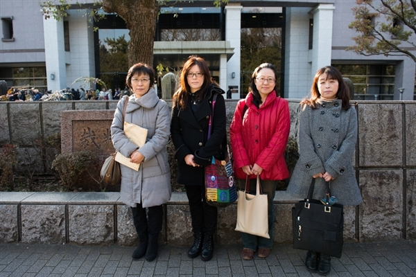 Mothers who evacuated from Fukushima Prefecture, and went to court demanding fair compensation, stand in front of the Kyoto District Court in Kyoto City, Kyoto Prefecture.