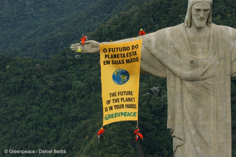 Rio de Janeiro, Brazil. March 16th 2006, Greenpeace activists unfurled a banner from the famous Christ statue in Rio de Janeiro to call on governments to protect global biodiversity. Meanwhile one of the activists tried to parachute from the statue, but had to rappel down. Representatives from 188 countries are taking part of the Convention of Biological Diversity (CBD) in Curitiba, Brazil, to discuss the protection of biodiversity. Greenpeace/Beltra