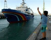 Waving goodbye to the Esperanza (C) GREENPEACE / Sharomov