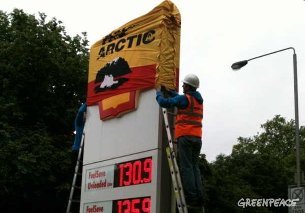 Oil spill prevention unit out in force in London today to #tellshell not to destroy the Arctic