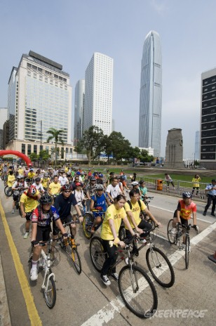 "Over a hundred cyclers echo the World Carfree Day today by joining Greenpeace ""Hong Kong Carfree Day – Climate Hero Cycle Tour"". They cycle a 10-km roundtrip from downtown Central to Tin Hau."