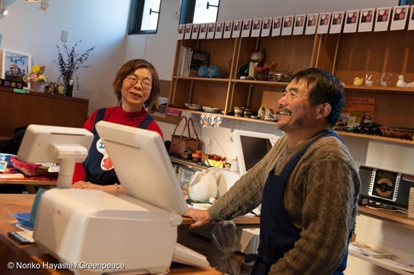 The adorable couple in their organic shop in Miharu town.