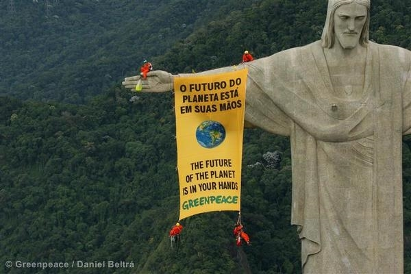 Biodiversity Banner on Christ the Redeemer Statue. 03/16/2006 © Greenpeace / Daniel Beltrá
