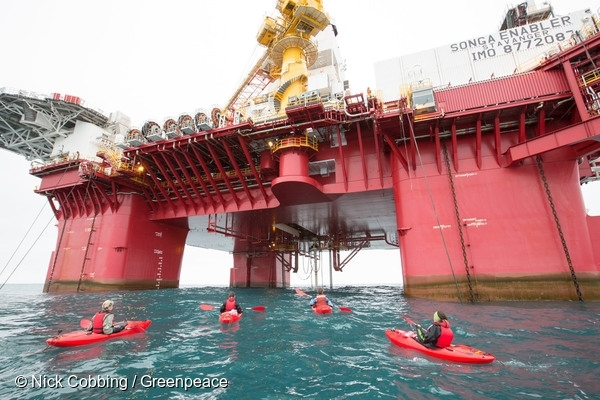 4 people in kayaks have reached Statoil's rig, the Songa Enabler. They are bringing a huge globe with messages from people around the world urging the Norwegian government to end its Arctic oil expansion. 17 Aug, 2017  © Nick Cobbing / Greenpeace