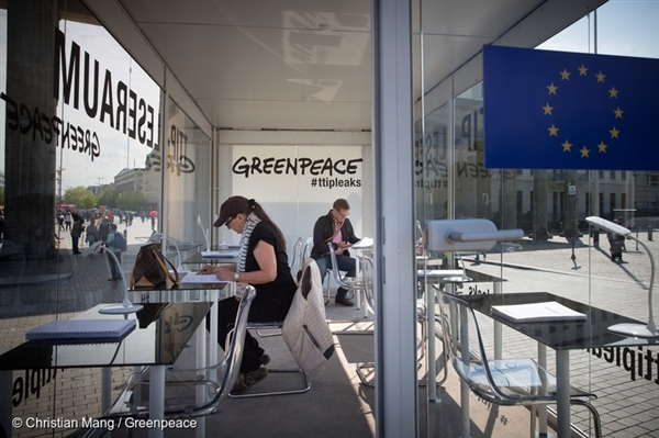 IMAGE GP0STPSW8 – After the leaks, Greenpeace set up a TTIP Documents Transparent Public Reading Room in Berlin where concerned citizens were able to read the documents.