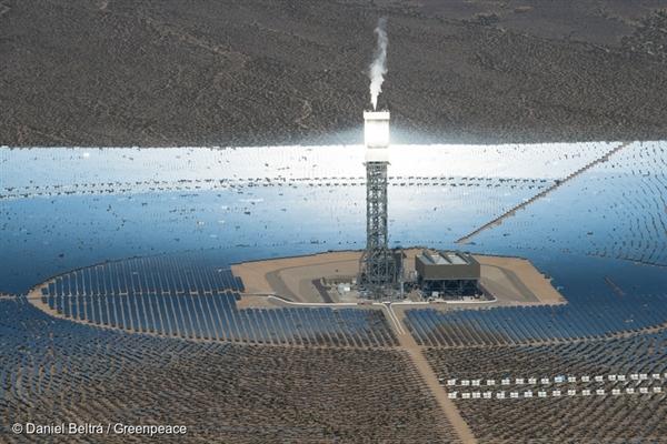 Vzdušný pohled na solární elektrárnu Ivanpah v Kalifornii. Je to největší solární tepelná elektrárna na světě. Leží  40 mil jihozápadně od Las Vegas a produkuje dostatek energie pro 140 000 domácností.