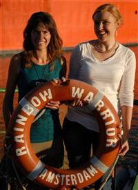 Waveney Warth (left) who has pledged to not create any household waste for a year, with Campbell Live reporter Natasha Utting, at Green Drinks on the Rainbow Warrior (C) GREENPEACE / Sharomov