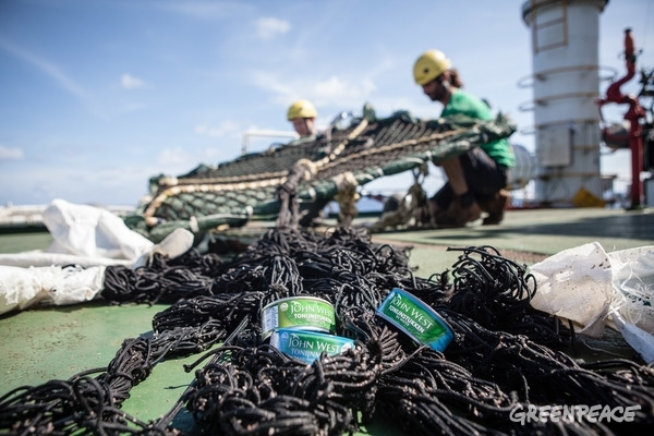 John West tuna cans in FAD net. 27 April 2016 © Will Rose / Greenpeace