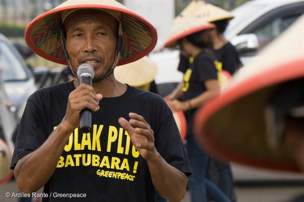 Pak Cahyadi has been active in campaigning against the Batang coal power plant. In June 2015 he addressed the protest crowd in front of the Indonesian presidential palace in Jakarta to call on President Joko Widodo to listen to the people and not the polluters.