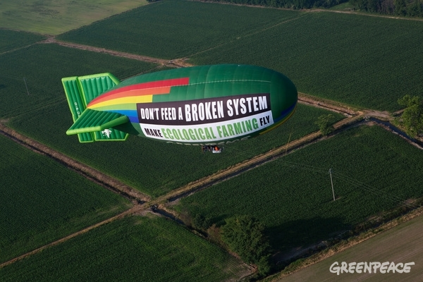 "With a giant Airship flying over Milan, the venue of the 2015 Universal Exhibition on food, Greenpeace displayed a 200m2 banner reading ""Don't feed a broken system, make Ecological Farming fly"", to call for a change in our food and farming system. The current industrial agricultural system, characterized by large scale monocultures, relying on chemical pesticides and fossil fuels, impacting our natural resources, water and soil, is failing. With this activity, Greenpeace urges Agriculture ministers to support and scale up truly sustainable ecological farming solutions. © Francesco Alesi / Greenpeace"