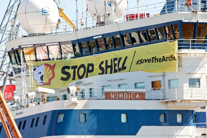 Greenpeace activists of 13 nationalities have boarded the Finnish icebreaker Nordica in Helsinki harbour in order to prevent the ship leaving for Shell's Arctic oil drilling north of Alaska.