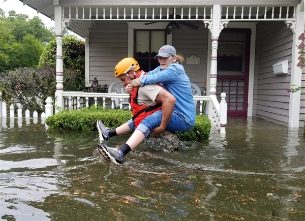 Texas National Guard soldiers conduct rescue operations in flooded areas around Houston. Credit:  © U.S. Army photo by 1st Lt. Zachary West