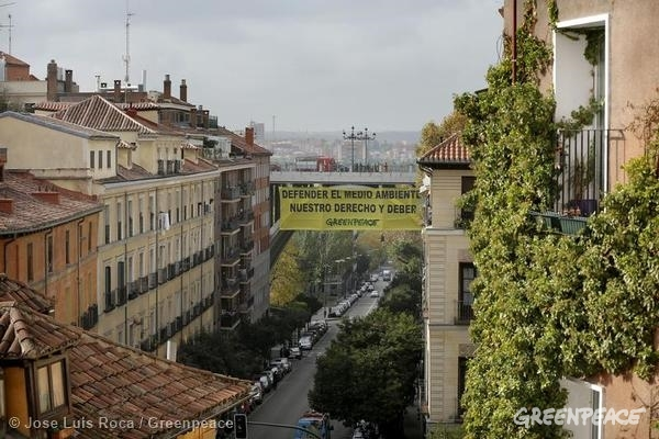 "Greenpeace Spain activists unfurl a banner reading in Spanish ""Defender el Medio Ambiente Nuestro Derecho y Deber"" (It Is Our Right and Duty To Defend The Environment) from Viaducto bridge in Madrid. 11/25/2014 © Jose Luis Roca / Greenpeace"
