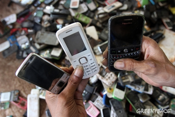 A man selects the electronic waste at his workshop in Bantar Gebang area, Bekasi, West Java.  © Supri / Greenpeace