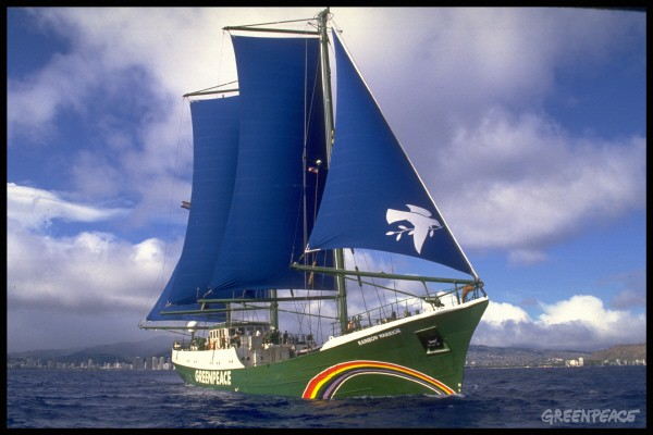 Rainbow Warrior navegando en Honolulu, Hawaii.