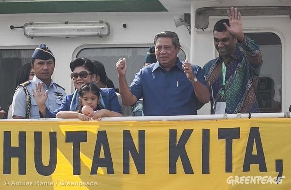 Greenpeace International Executive Director Kumi Naidoo meets with Indonesian President Susilo Bambang Yudhoyono on board the Greenpeace ship, the Rainbow Warrior.