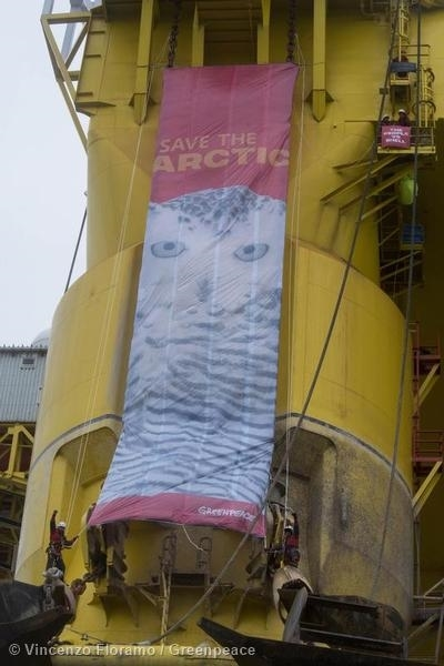Banner on Polar Pioneer with 6 million signatures to #SaveTheArctic 04/09/2015 © Vincenzo Floramo / Greenpeace