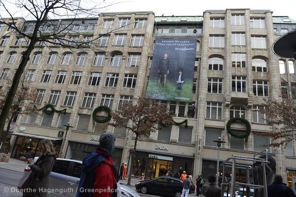 Greenpeace climbers hang a huge photo banner in front of a Zara store in Hamburg reading 'Kennen Sie Zaras Schmutziges Geheimnis? Detox Now' (Do You Know Zaras Dirty Secret? Detox Now!)