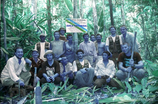 Present in the group portrait are several Deni people including Biruvi and Greenpeace members from team A which include Nilo D'Avila and Manuel Pinto. They are all in front of an official sign denoting Deni land.