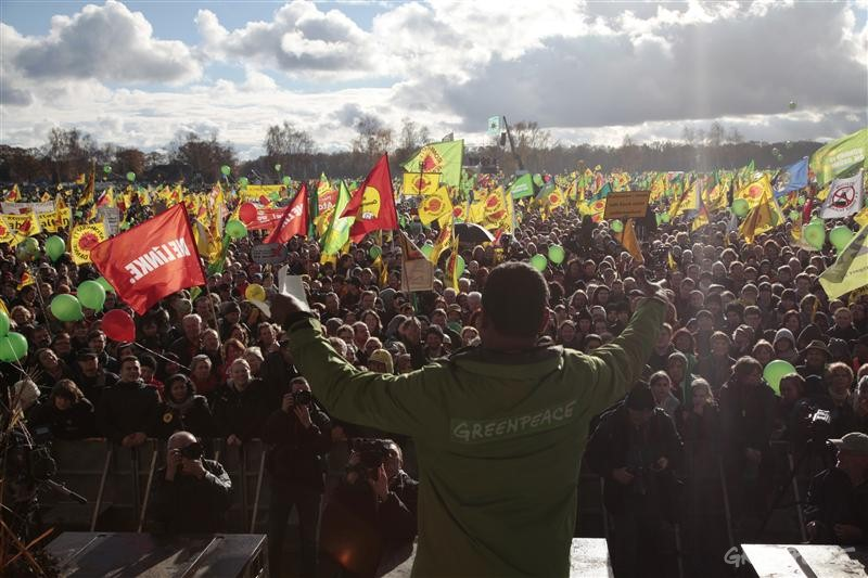 Kumi Naidoo addresses the rally attended by 50,000 people in Dannenberg, Germany against CASTOR nuclear transport. Image: Gorden Welters, Greenpeace.