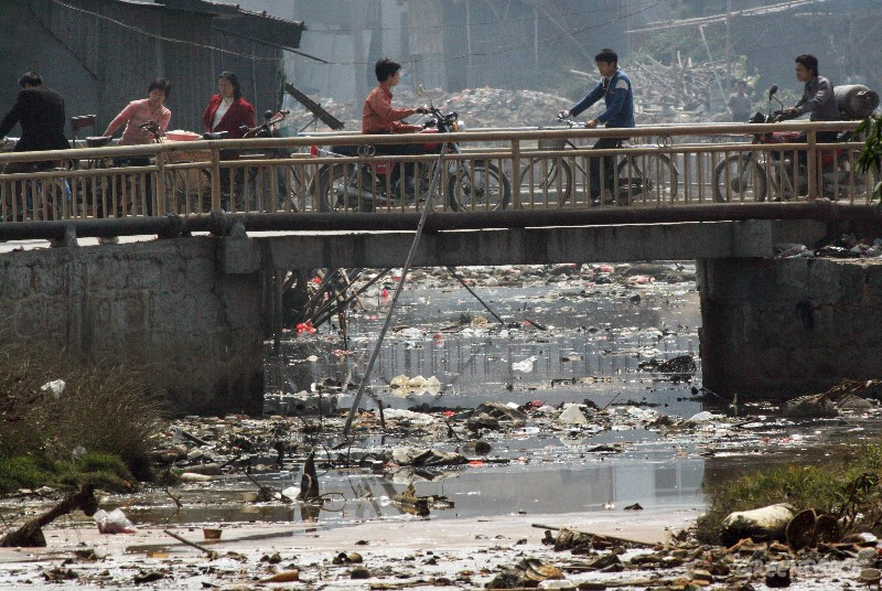 A heavily polluted stream in Guiyu. Along side domestic rubbish the water is badly polluted with toxic waste from the e-waste recycling yards in the town. (© Greenpeace/Natalie Behring)