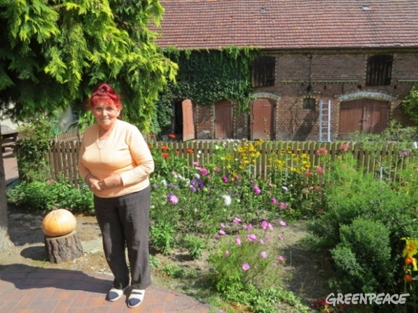 Janina Dziadez in her garden on her duck farm. © Greenpeace