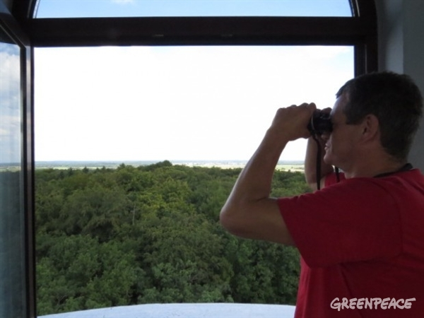 Pawel Mrowiński from Brody, looking out onto the land proposed for the Gubin-Brody megamine.© Greenpeace