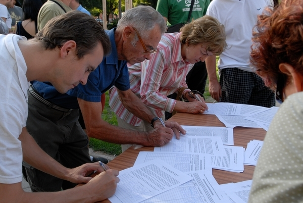 People signing anti-landfill petition in the Pezinok city. © Obcianska iniciativa Skladka nepatri do mesta