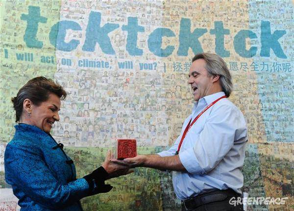 tcktcktck's Paul Horsman delivers a traditional Chinese stamp to UNFCCC Executive Secretary