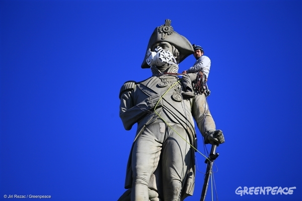 Greenpeace activists in London climbed Nelson's Column, putting an emergency face mask on the statue to demand action on air pollution. A separate Greenpeace team eluded security and climbed over the fence around the Houses of Parliament to put another mask on Oliver Cromwell's statue.