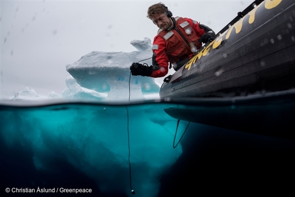 Sune Scheller monitors seismic blasting with hydrophone. 2 Sep, 2015 © Christian Åslund / Greenpeace