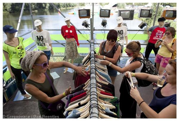 Visitors are having a look at the cloth swap possibilities. © Greenpeace / Bas Beentjes