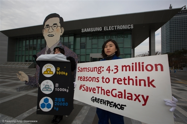 Greenpeace activists create satirical scenes to show the explosion of the Galaxy Note 7 as well as how the device can be recycled at the front gate of the Samsung Electronics' headquarters in Suwon.