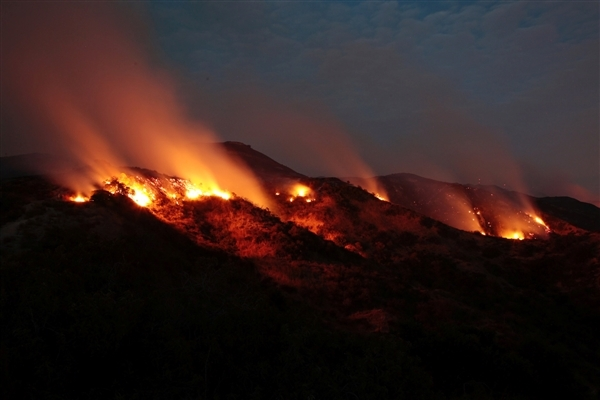 The La Tuna Canyon fire over Burbank, California. Credit: Kyle Grillot / Reuters