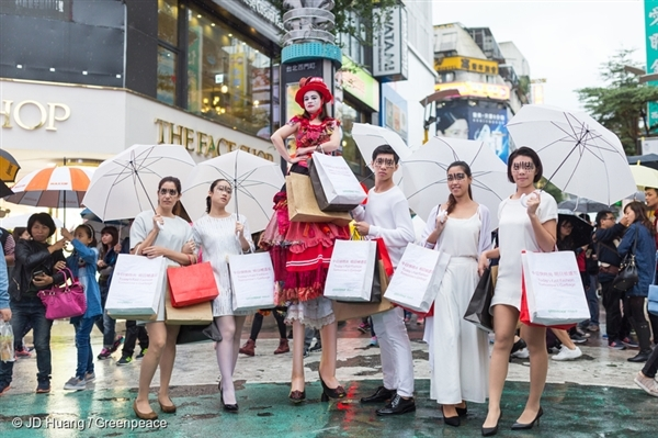 "Trash Queen ""Buy Nothing Day"" Street Performance in Taipei. 27/11/2016 © JD Huang / Greenpeace"
