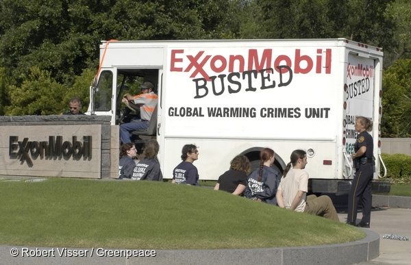 Action at Exxon Mobil HQ in the US. 27 May, 2003 © Robert Visser / Greenpeace